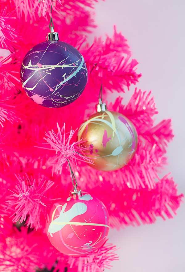 Manchas de tinta para estilizar as bolas natalinas