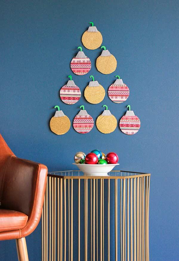 Bolas de Natal enfeitando a parede