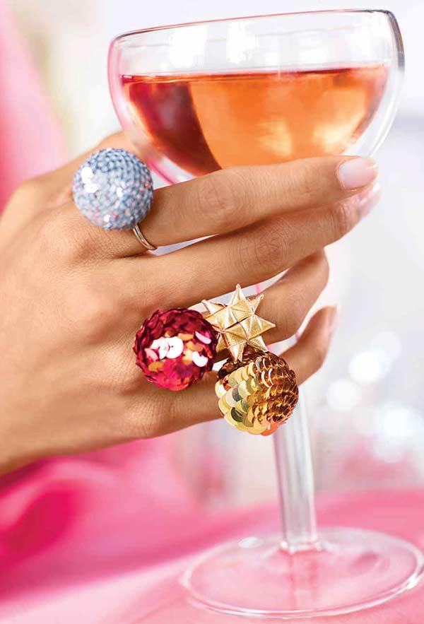 Bolas de Natal em anéis para a comemoração natalina