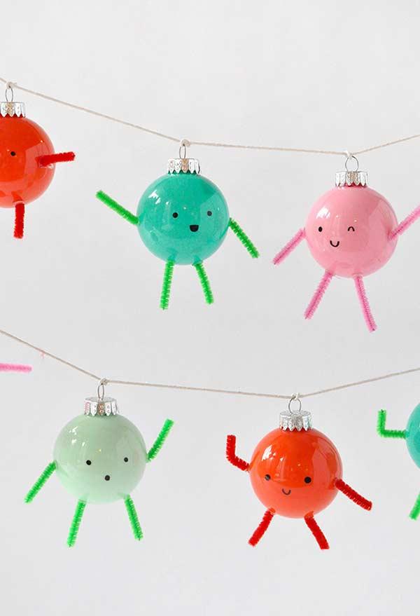 Enfeites divertidos e simpáticos feitos com base em bolas de Natal