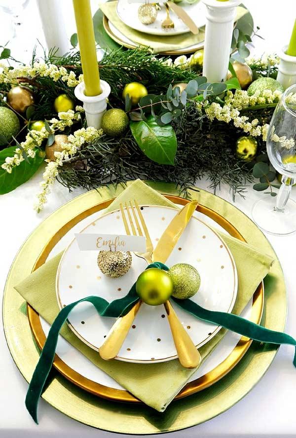 Anel com bolas para unir os talheres e decorar a mesa