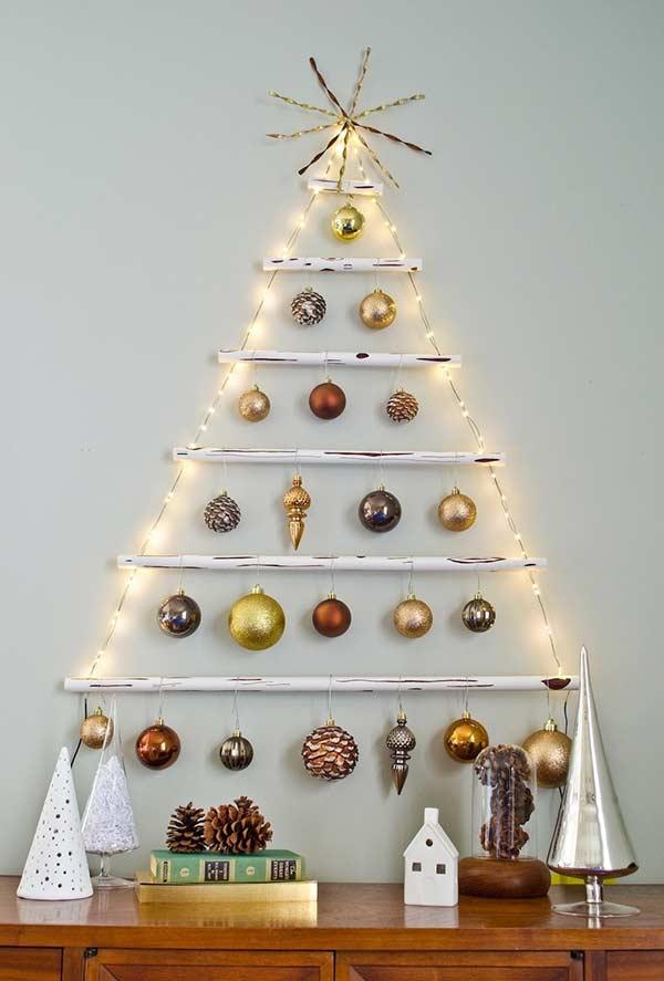 Árvore na parede com decoração metalizada
