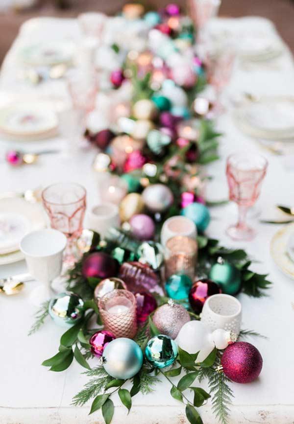 Flores, folhas e galhos para decorar a mesa com bolas de Natal
