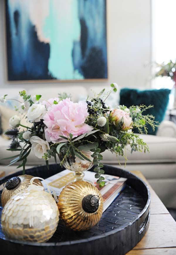 Bolas douradas para decorar o arranjo de mesa
