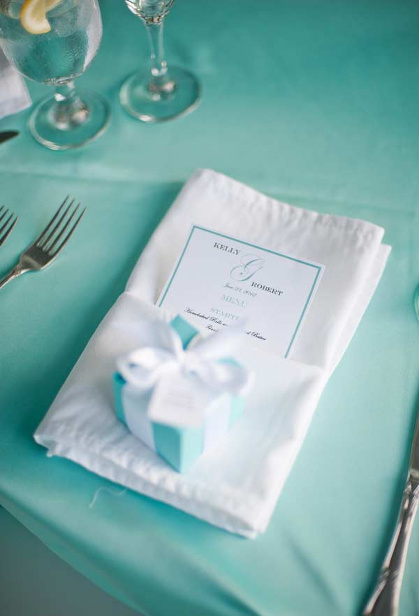 Mesa com guardanapo branco, toalha e caixa de presente azul Tiffany
