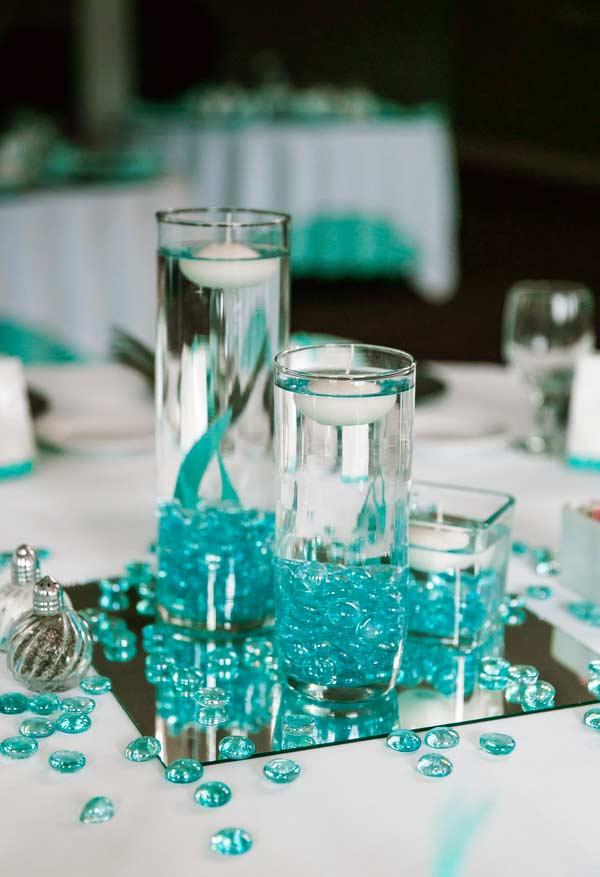 Detalhes na cor azul tiffany destacam elementos transparentes na decoração