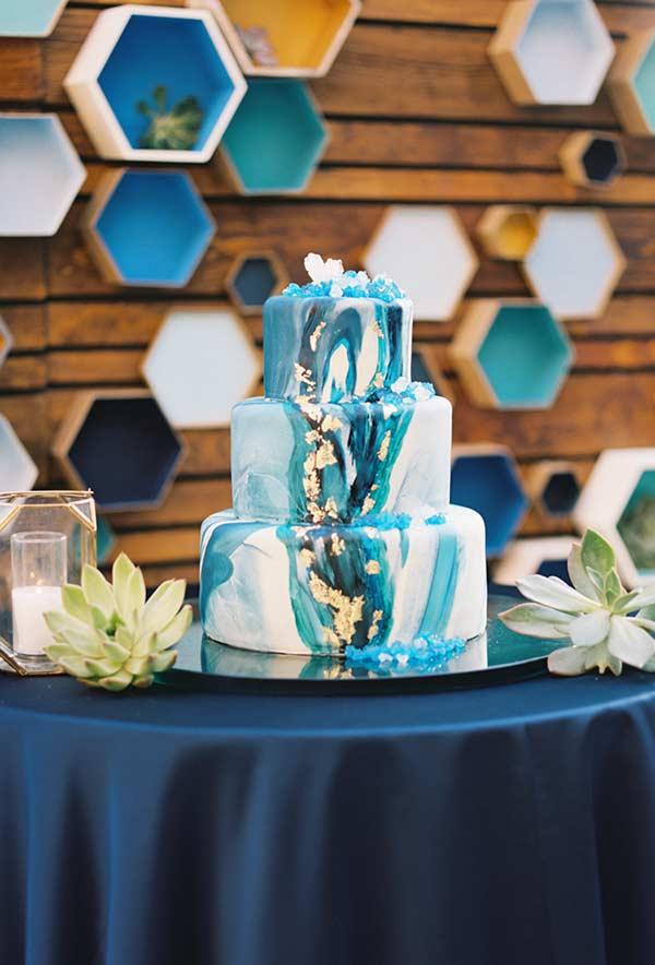 Bolo decorado com mistura de tons de azul
