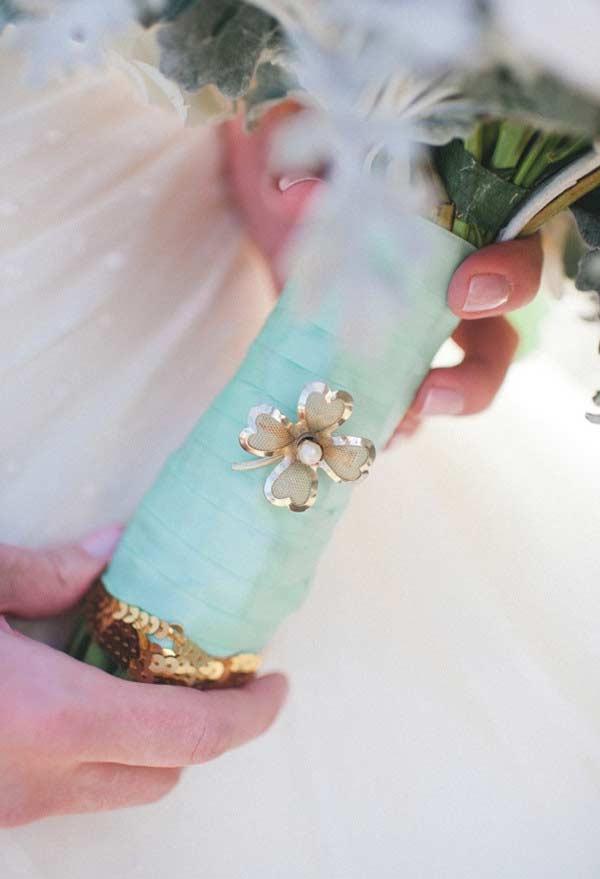 Detalhe do cabo do buquê com a cor azul Tiffany