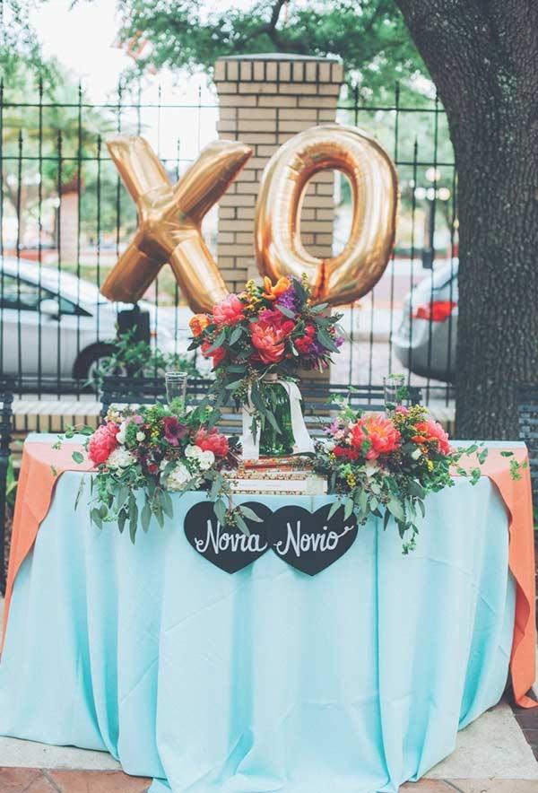 Azul Tiffany e dourado na decoração do casamento ao ar livre