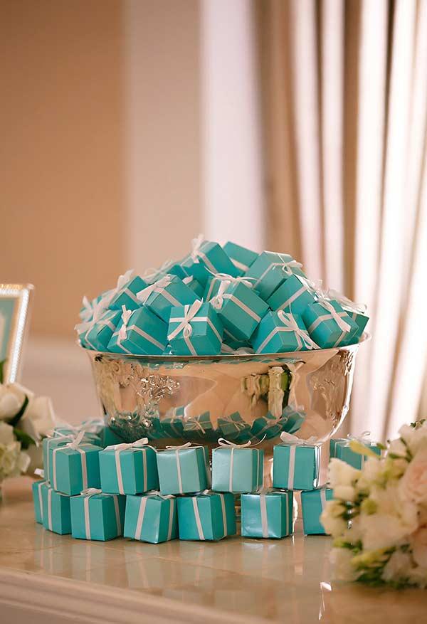 Caixinhas de lembrancinhas da festa com a cor azul Tiffany