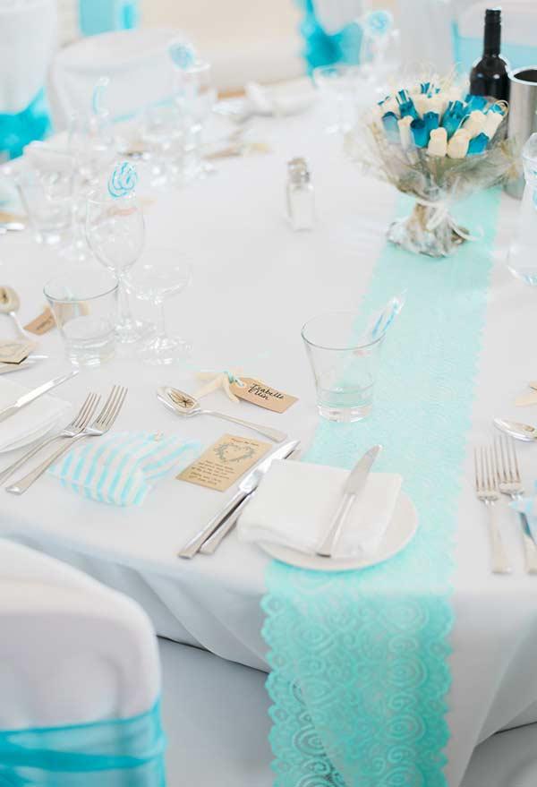 Mesa com pequenos detalhes na cor azul Tiffany