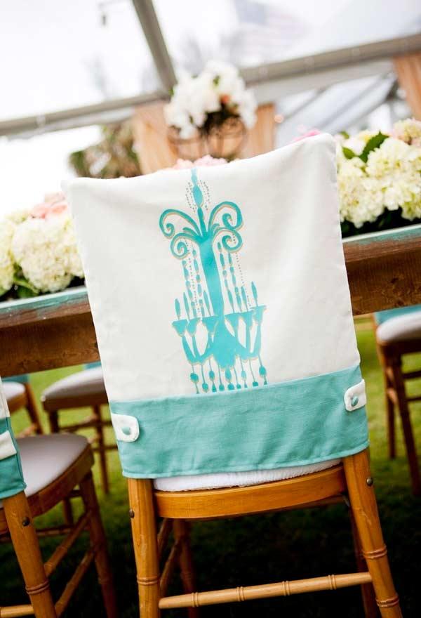 Cobertura para encosto de cadeira com detalhes em azul Tiffany