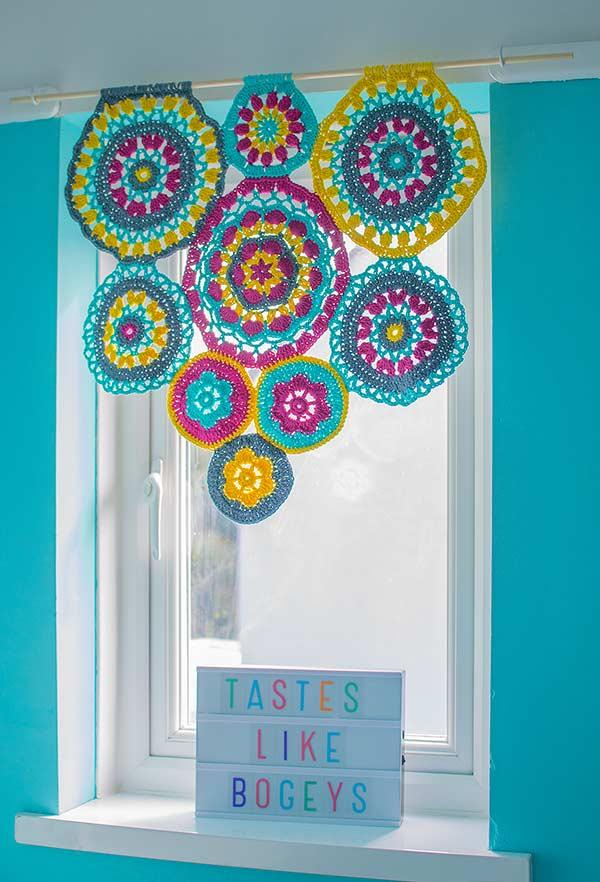 Mandalas cheias de cor na varanda da janela