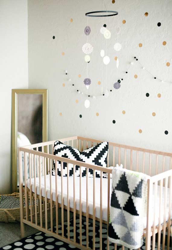 No móbile e na decoração com estilo escandinavo no quarto de bebê