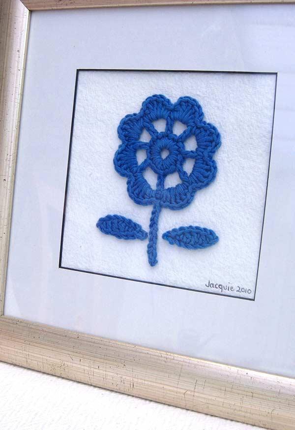 Quadro delicado com flor de crochê