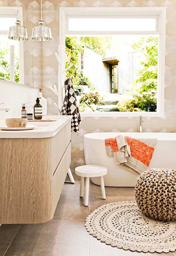 Tapete e puff de crochê em um banheiro aconchegante