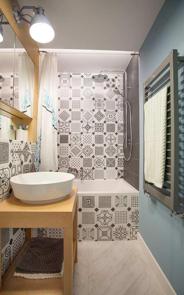 Mix de estampas preto e branco no banheiro