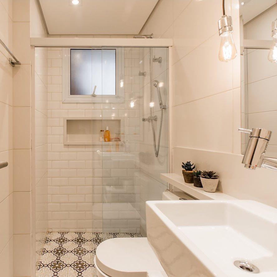 Banheiro com azulejos brancos