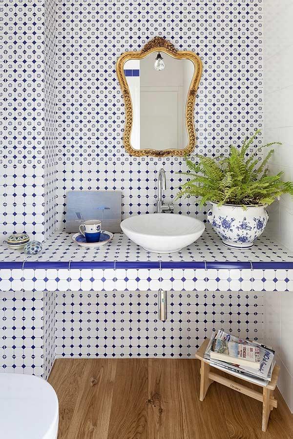 Banheiro com azulejos portugueses