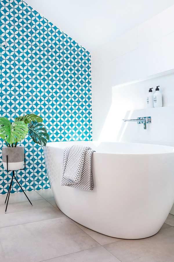 Banheiro com azulejos na cor azul turquesa