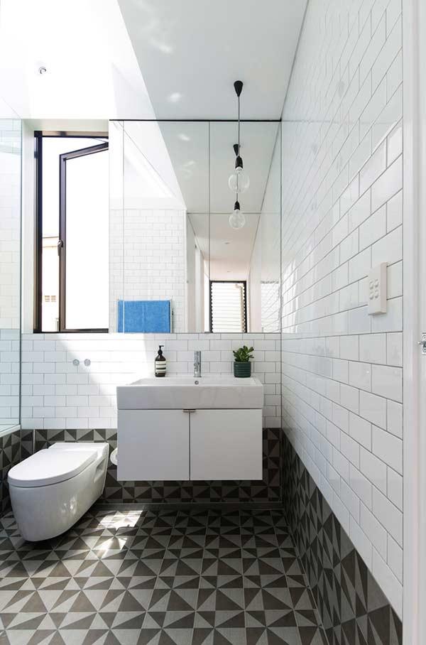 """Um """"rodapé"""" diferenciado para o seu banheiro"""