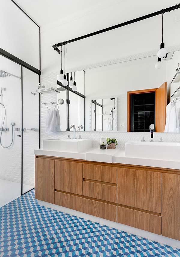 Banheiro com pastilhas hexagonais