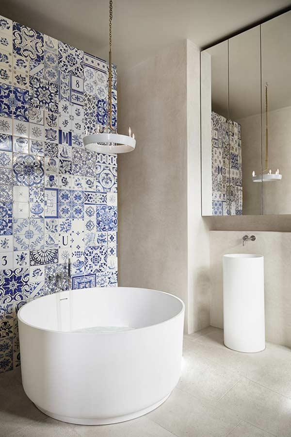 Banheiro com uma paginação original dos azulejos
