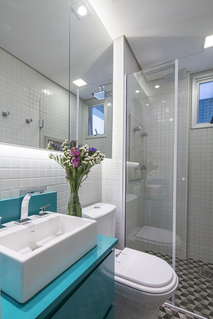 Azulejo branco que define o estilo de decoração do banheiro