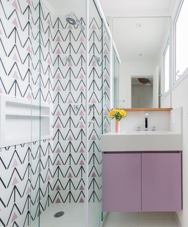 Azulejos para banheiro com desenho geométrico e na cor lilás