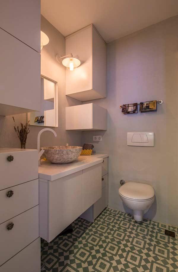 Um toque de cor em um banheiro neutro