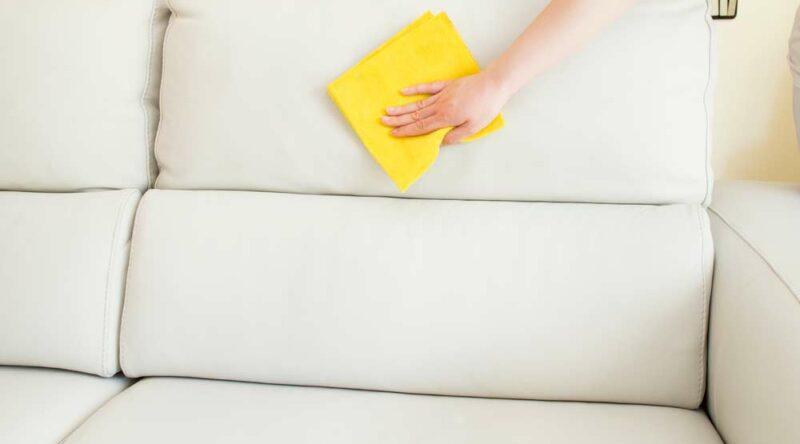Como limpar sofá: as principais formas caseiras de manter o móvel limpo