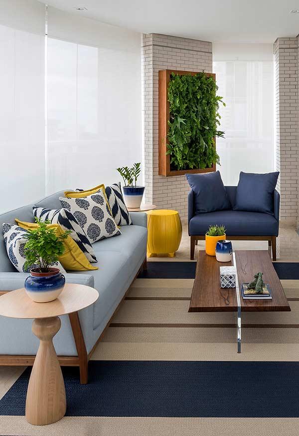 Almofadas vibrantes para um sofá de cor sóbria