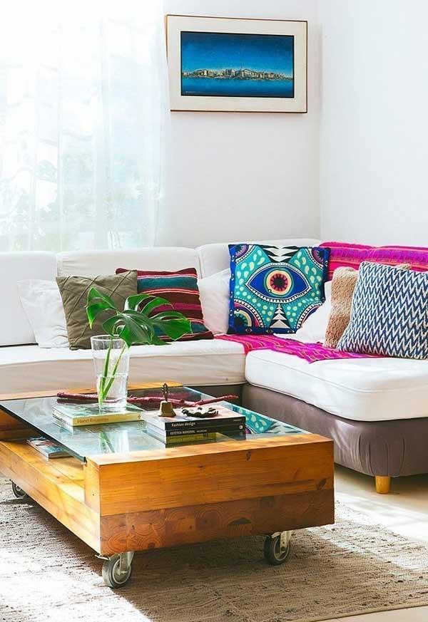 Sofá neutro e almofadas cheias de vida