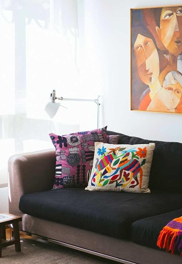 Almofadas coloridas para o sofá