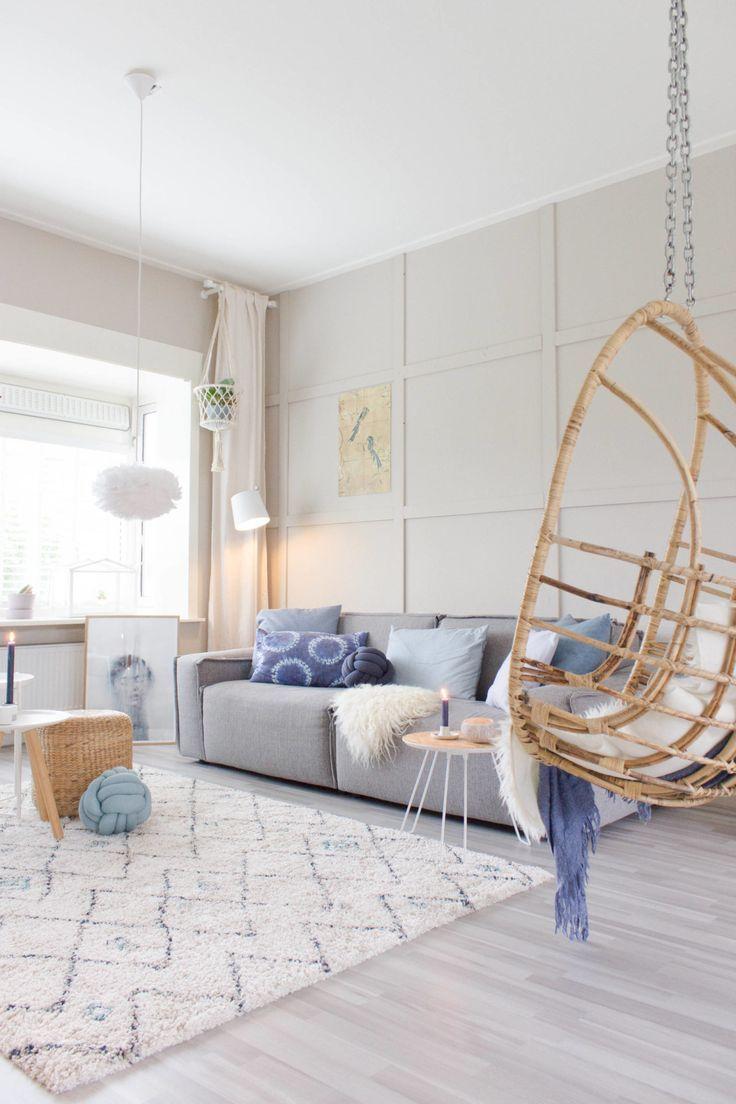 Sala com sofá e almofadas