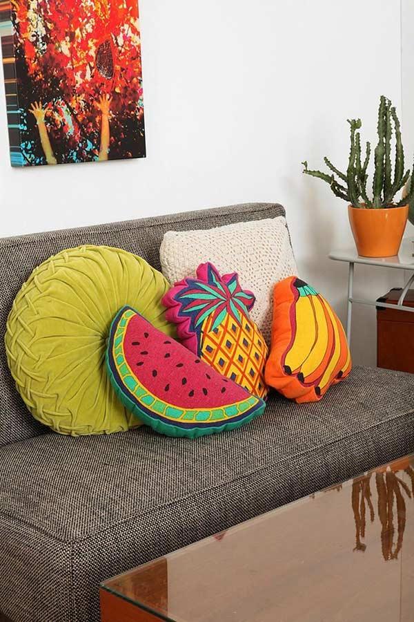 Almofadas com tema tropical para o sofá