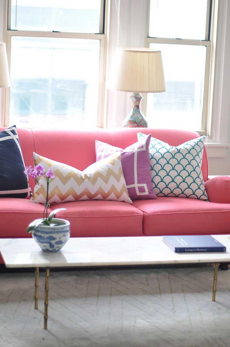 Sofá colorido a almofadas com desenhos geométricos