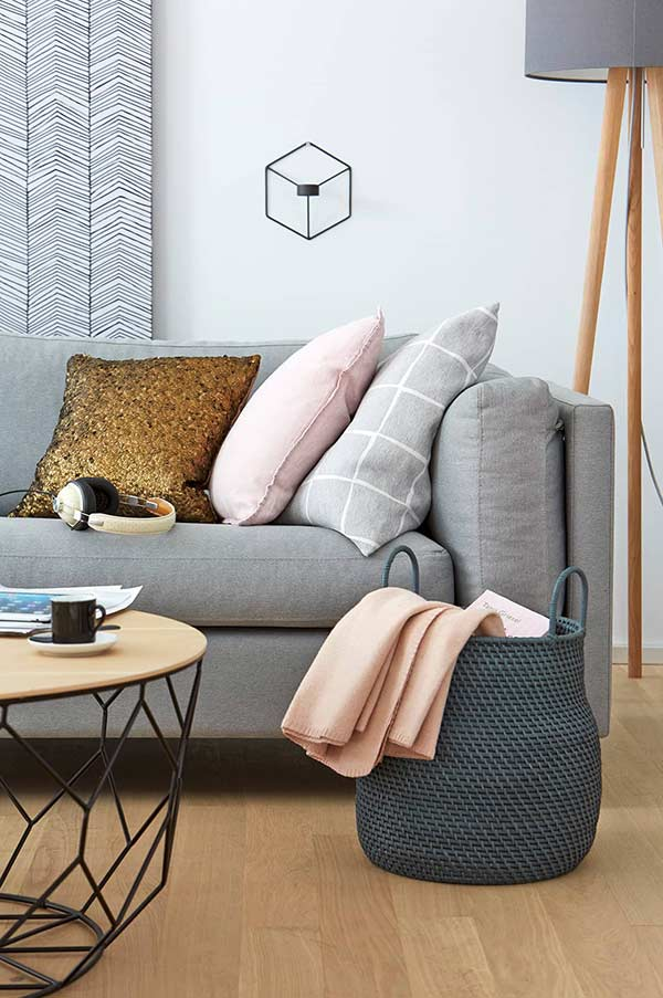 Almofadas coloridas para uma decoração neutra