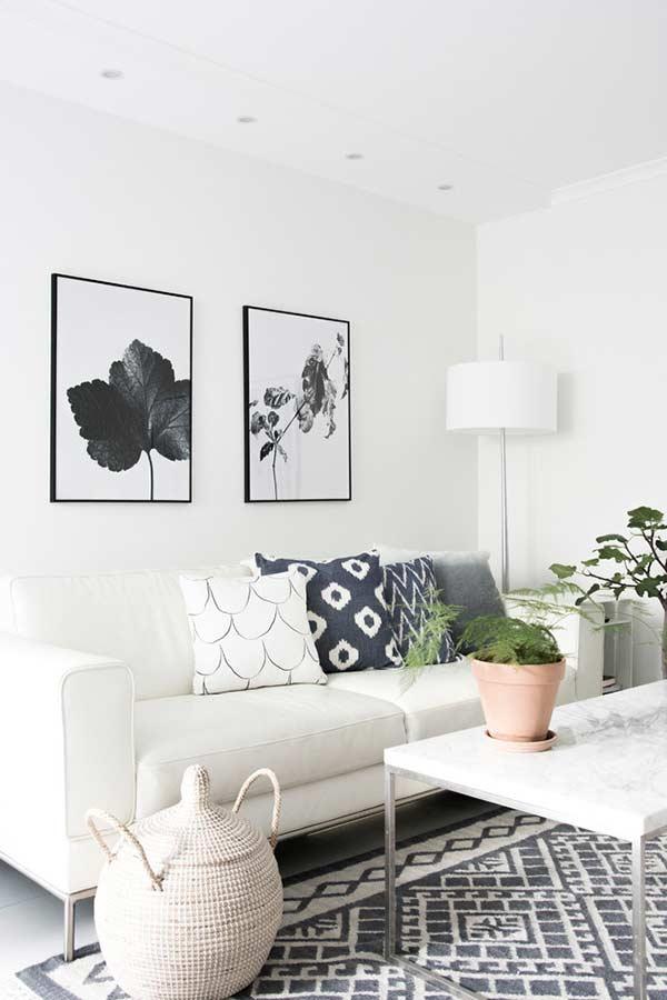 Tons da escala de cinza sobre o sofá branco