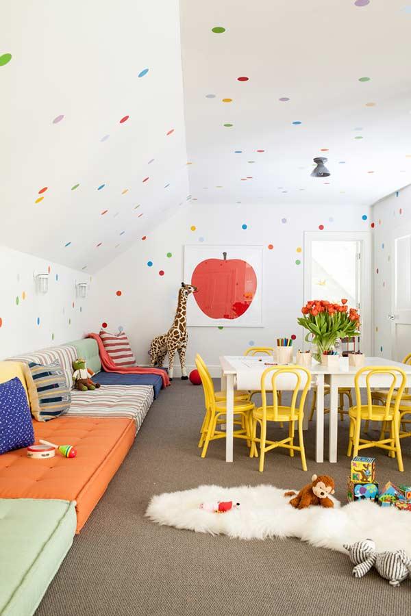 Coloridas e aconchegantes em sofá para espaço infantil