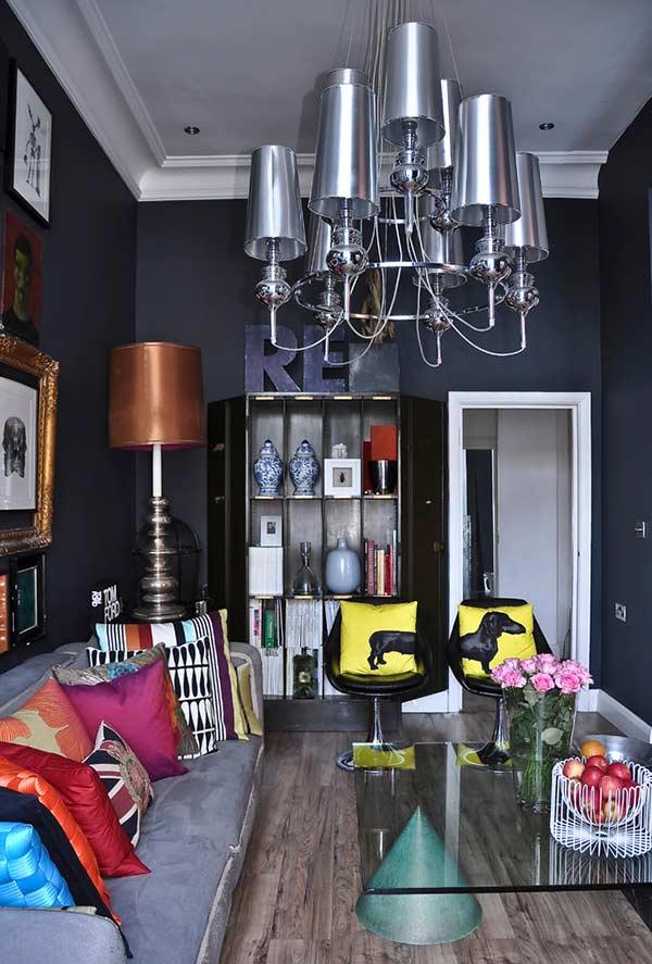 Use almofadas cheias de cores em um ambiente neutro