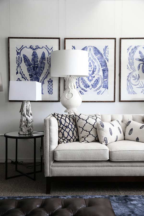 Linhas coloridas e almofadas na mesma cor do sofá