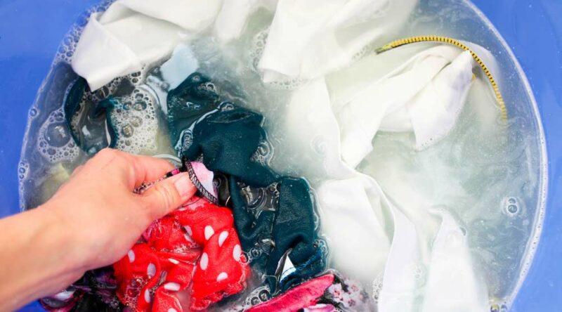 Como tirar mofo de roupa: 8 dicas para fazer a remoção completa