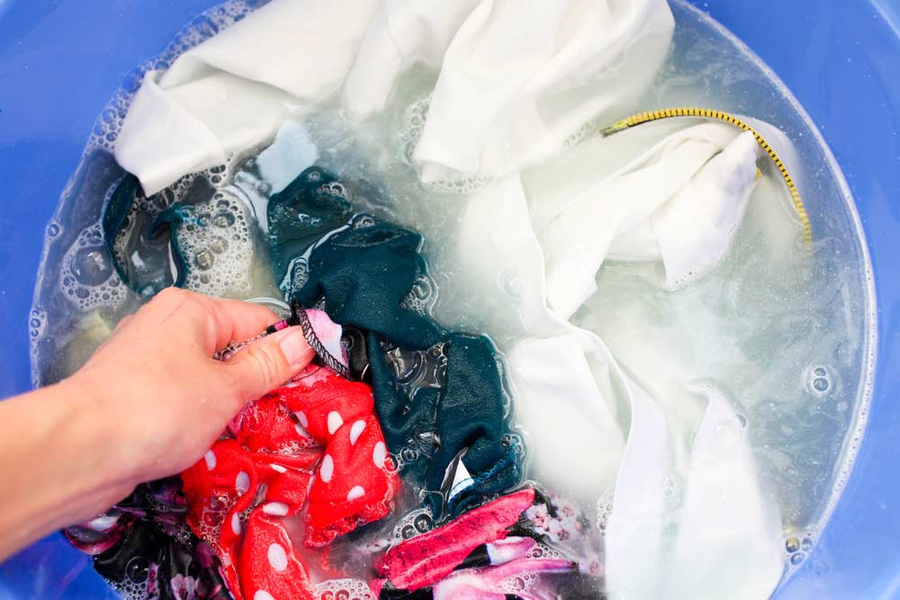 Lavando roupas no balde