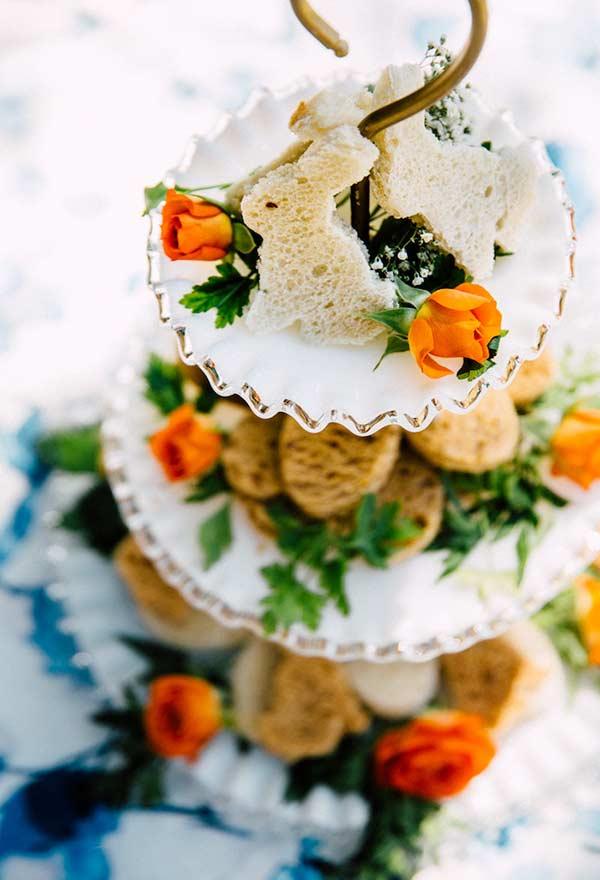 Centro de mesa com salgados e pães no formato de coelho