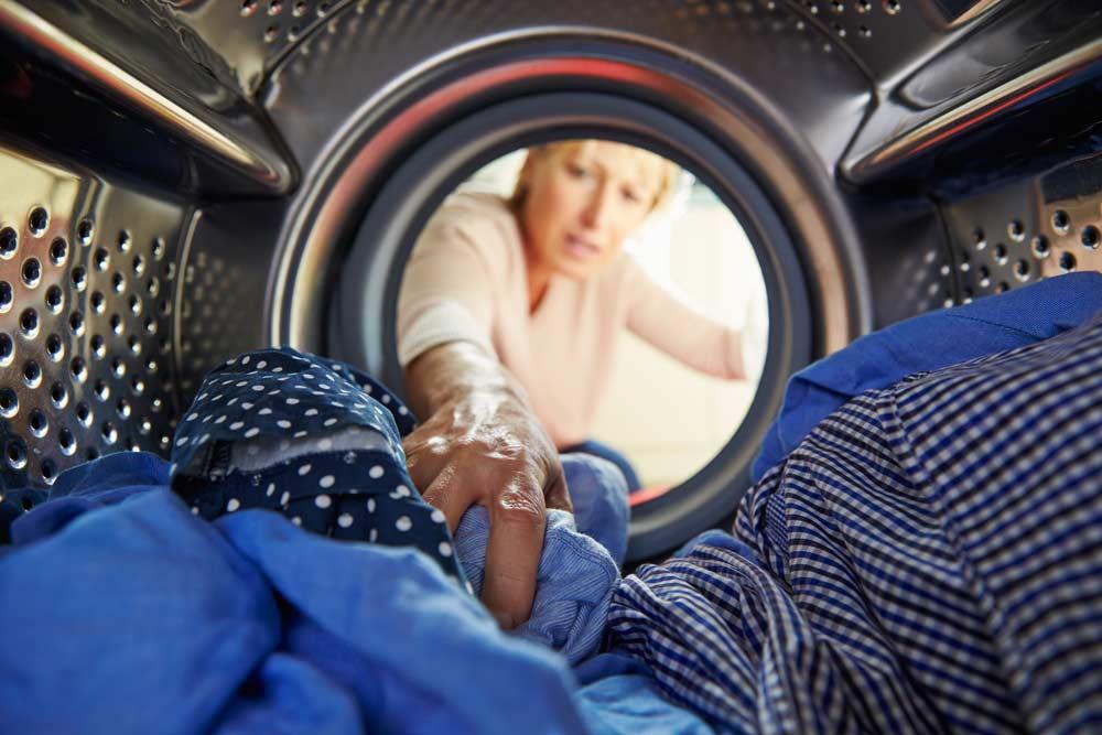 Roupas na máquina de lavar