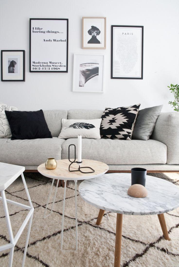 Sala com decoração de quadros, sofá cinza e almofadas que combinam
