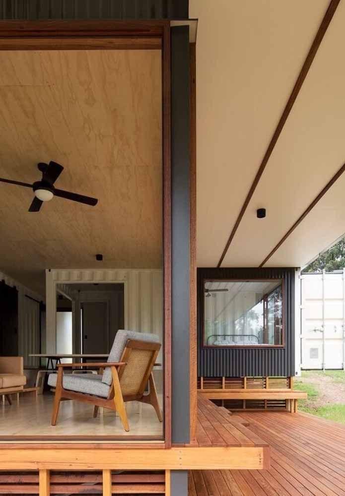 A junção de materiais como madeira, container e vidro pode se transformar em uma bela casa
