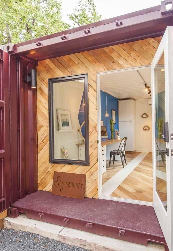 Para destacar a entrada da casa, faça um revestimento de madeira e uma porta charmosa