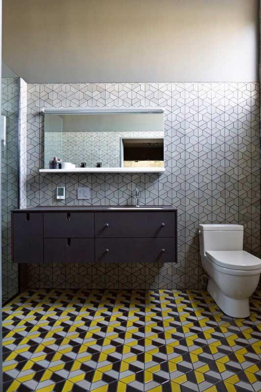 Banheiro com contraste dos materiais entre o piso e a parede